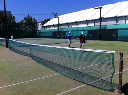 晴天下のテニスコート